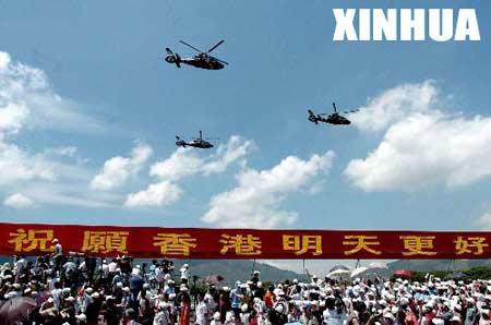 8月1日,驻港部队空中直升机编队在阅兵仪式上。当日,中国人民解放军驻香港部队在石岗军营举行盛大的阅兵仪式。这是驻港部队进港7年来首次公开举行的阅兵仪式。 新华社记者陶明摄