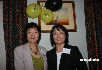 图为北爱联盟党议员卢曼华(左)和英国华人自民党主席钟翠英。 中新社发 李鹏 摄