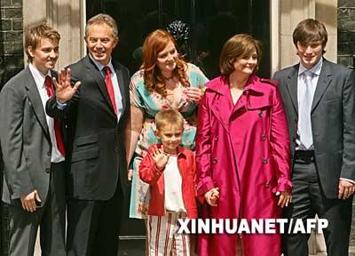 6月27日,英国首相布莱尔与家人在位于伦敦的首相官邸唐宁街10号向媒体告别。当日,布莱尔正式向英国女王递交辞呈。 新华社/法新