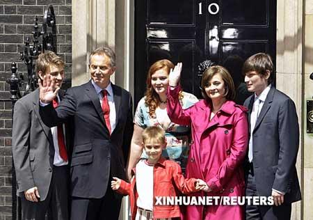 面对媒体镜头,身着黑色西服的布莱尔和身着鲜红色风衣的切丽始终保持微笑,他们和孩子们相互亲吻拥抱,并挥手向媒体记者以及首相府告别。新华社/路透