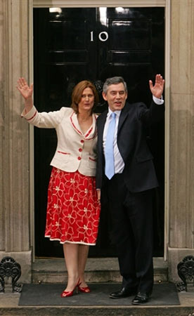 新首相布朗和夫人在唐宁街10号前合影