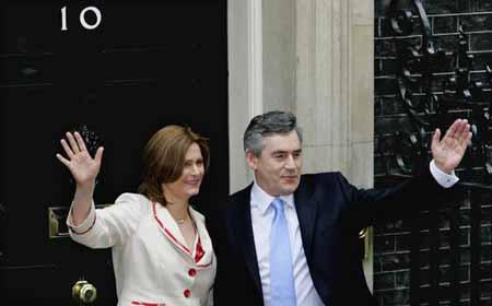布朗与其夫人在唐宁街10号门前合影。