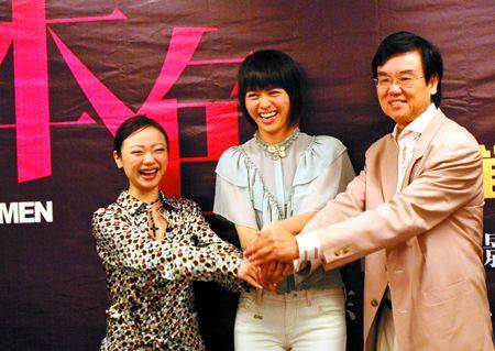 左起黄真真梁咏琪和黄百鸣为《女人本色》宣传。黄立科 摄