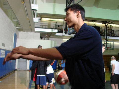 图文:[NBA]新秀特奥活动 易建联做示范