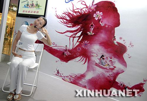 """6月27日,瑜伽教练兰蕙在广州中信广场演示""""桌边瑜伽""""。"""