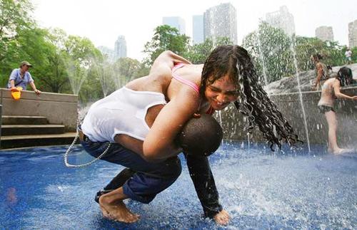 2007年6月27日,美国纽约,孩子们在中央公园的喷泉下降温。