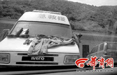 紧急救援车上晾晒着湿漉漉的救生衣