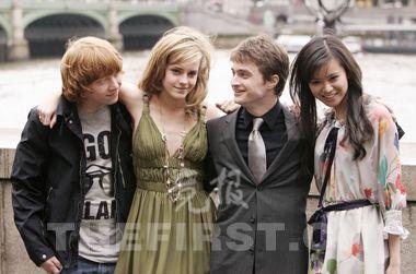 在伦敦首映式上,四大主演出场,左起:罗恩、赫敏、哈利、张秋