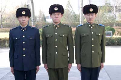 军04式士兵冬常服.-我军07式军服特点 军官增姓名牌级别资历章图片