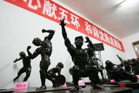 图文:下岗职工为奥运赠送根雕作品 艺术作品展
