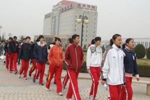 北京女排姑娘们参观燕京啤酒公司