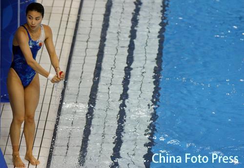 图文:跳水奥运选拔赛首日 郭晶晶在水池边