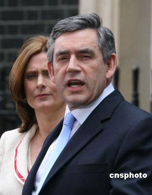 布朗于当地时间二十七日下午接受英国女王任命后,在首相府外发表简短演讲。 中新社发 李鹏 摄