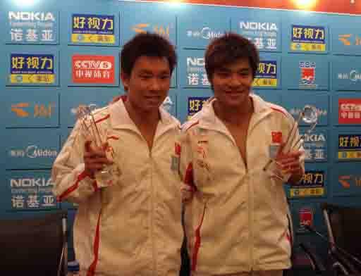 图文:跳水奥运选拔首日 罗玉通和何冲手拿奖杯