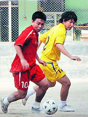 曾经驰骋在赛场上的温俊武(左)。