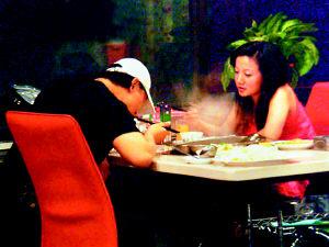 谢东和美女作家吃火锅