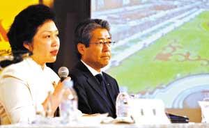 亚组委市场开发部副部长袁越在答记者提问。