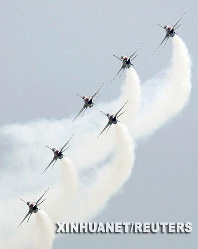 """6月28日,在罗马尼亚首都布加勒斯特以东250公里处的一个机场,美国空军""""雷鸟""""特技飞行表演队在进行飞行表演。 新华社/路透"""