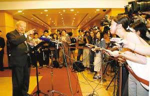 2003年6月27日,董建华亲点本报特派记者邱瑞贤(右一)提问。