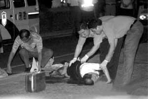 在案发现场,见义勇为的戴俊倒在血泊中。
