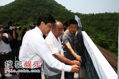 刘志军与嘉宾共同为长城添砖