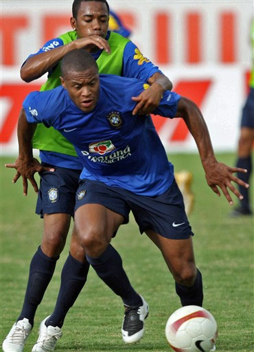 图文:巴西积极备战美洲杯 罗比尼奥艰辛训练