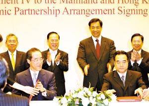 商务部副部长廖晓淇与香港特区财政司长唐英年昨日签署CEPA补充协议。