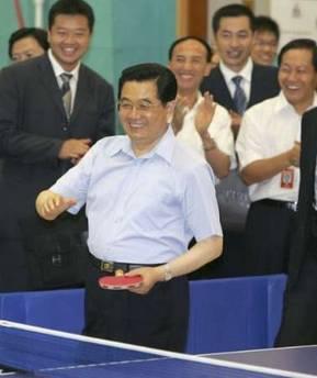 胡锦涛与曾获得全国性少年比赛金牌的赵颂熙小朋友切磋球技
