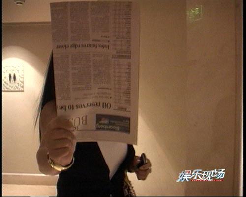 杨二用报纸遮挡镜头