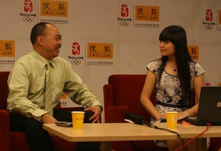 """卢伟琦和主持人交流香港""""公屋""""制度的发展"""
