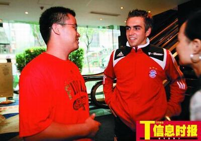 时报特派记者徐立和(左)在采访拉姆,拉姆至今仍对世界杯第一球感慨万千。