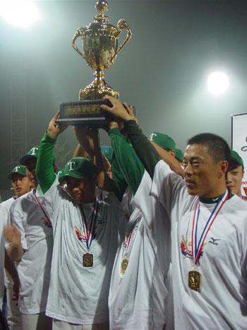 图文:天津队卫冕棒球联赛总冠军 高举冠军奖杯