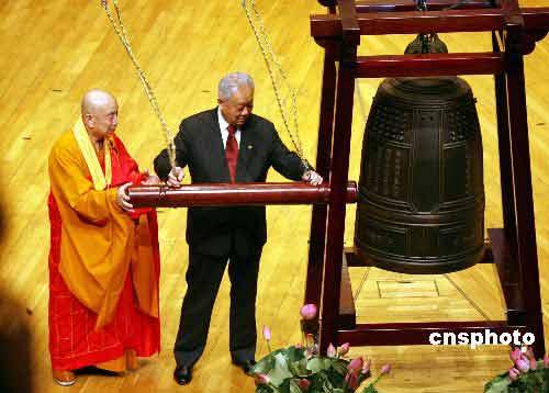 盛华仁出席港佛教界庆祝香港回归鸣钟大典