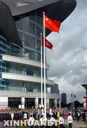 7月1日,香港金紫荆广场举行升旗仪式,庆祝香港回归祖国十周年。 新华社记者 卢炳辉摄