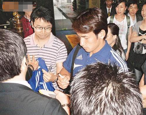 中田英寿被Fans包围索签名,却露出一副不情愿的样子