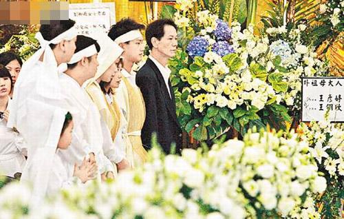 吴浩康与爸爸及家人神情肃穆