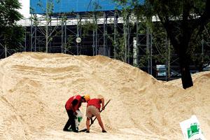 昨天首批沙子一到,工人就忙了起来本版摄影/王旭