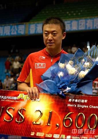 图文:马琳获得男单冠军 冠军奖金双丰收
