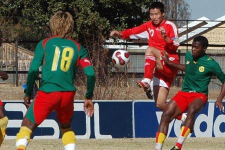 图文:[八国赛]国奥1-3喀麦隆 陈涛飞身争球