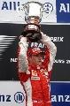 图文:F1法国站正赛 莱科宁捧起奖杯