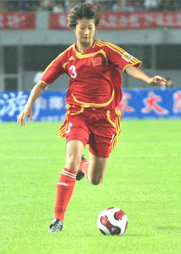 图文:[女足]中国VS泰国 王坤带球助攻