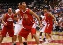 图文:[男篮]中国VS美国U19 易建联准备抢板
