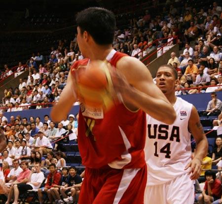 图文:[男篮]中国VS美国U19 大郅准备进攻