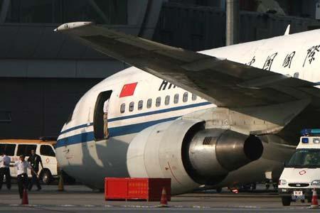 """昨天下午5时17分左右,中国国际航空公司一架飞机在执行CA941北京——迪拜航班任务时在首都机场209机位""""磕头""""趴窝。(图片来自:北京晨报)"""