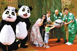 """昨日,刘德华陪同第一个到访大熊猫园的香港家庭与""""盈盈""""""""乐乐""""见面。CFP供图"""
