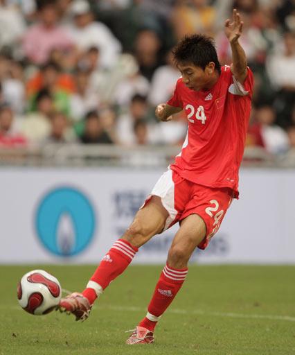 图文:国足2-0世界联队 朱挺边路起球须加强
