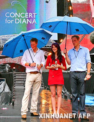 6月30日,英国威廉王子(右)、哈里王子(左)和英国歌手乔斯·斯通在伦敦温布利体育场与媒体见面。