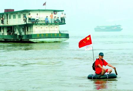 7月1日,朝天门,程颜华坐在轮胎上下水漂流 记者 龙在全 摄