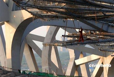"""目前,""""鸟巢""""正在进行基座结构施工,室内初装修,膜结构施工,虹吸排水和"""