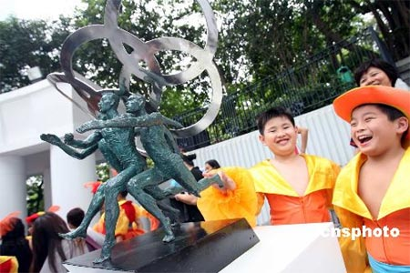 图文:2008奥运景观雕塑巡展 作品《奥运之翼》